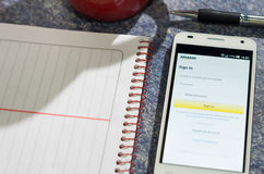 QUITO, ECUADOR - 3 DE AGOSTO DE 2015: Smartphone blanco Fotos de archivo libres de regalías