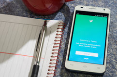 QUITO, ECUADOR - 3 DE AGOSTO DE 2015: Smartphone blanco Fotografía de archivo libre de regalías