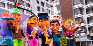 Quito, Ecuador - 31 de diciembre de 2016: Monigotes tradicionales o maniquíes rellenos que representan las figuras políticas, ani Fotografía de archivo libre de regalías