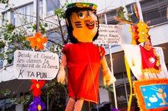 Quito, Ecuador - 31 de diciembre de 2016: Monigotes tradicionales o maniquíes rellenos que representan las figuras políticas, ani Imagen de archivo