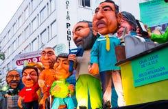 Quito, Ecuador - 31 de diciembre de 2016: Monigotes tradicionales o maniquíes rellenos que representan las figuras políticas, ani Foto de archivo libre de regalías