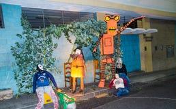 Quito, Ecuador - 31 de diciembre de 2016: Monigotes tradicionales o maniquíes rellenos que representan las figuras políticas, ani Imágenes de archivo libres de regalías