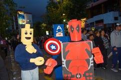 Quito, Ecuador - 31 de diciembre de 2016: Un grupo de personas no identificado dreessed como deadpool, capitán America, y hombre  Imagenes de archivo