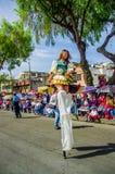 Quito, Ecuador - 31 de enero de 2018: Cierre para arriba de la mujer joven que camina sobre los palillos en la marcha durante las Fotos de archivo