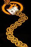 Quito, Ecuador - 31 de enero de 2018: Cierre para arriba de muchos el logotipo del bitcoin, con los pequeños logotipos de los bit fotografía de archivo libre de regalías