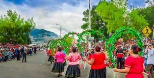 Quito, Ecuador - 31 de enero de 2018: Grupo no identificado de mujeres que se sostienen en sus manos que un aro del hula adornó c Fotos de archivo libres de regalías