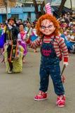 Quito, Ecuador - 31 de enero de 2018: Hombre no identificado que lleva un traje de Chucky que sostiene un cuchillo y que camina e Foto de archivo libre de regalías