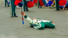 Quito, Ecuador - 31 de enero de 2018: Opinión al aire libre el muchacho no identificado que lleva un uniforme y que hace la acrob Fotografía de archivo libre de regalías