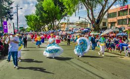 Quito, Ecuador - 31 de enero de 2018: Opinión al aire libre la gente no identificada que baila en las calles durante un desfile e Fotos de archivo