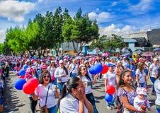 Quito, Ecuador - 31 de enero de 2018: Opinión al aire libre la gente no identificada que camina en las calles en la marcha durant Fotografía de archivo