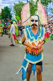 Quito, Ecuador - 31 de enero de 2018: Opinión al aire libre la gente no identificada que lleva los trajes coloridos y que camina  Fotos de archivo libres de regalías