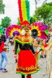 Quito, Ecuador - 31 de enero de 2018: Opinión al aire libre la gente no identificada que lleva los trajes coloridos y que camina  Imagenes de archivo