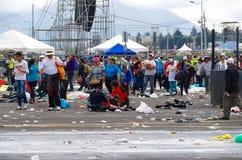 QUITO, ECUADOR - 7 DE JULIO DE 2015: Después de evento de la masa de papa Francisco, gente que intenta salir Rainning se está ade Imagen de archivo