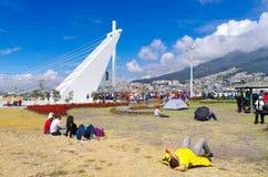 QUITO, ECUADOR - 7 DE JULIO DE 2015: Gente que miente en el piso en la hierba, tiendas en el piso también, masa de papa Francisco Foto de archivo libre de regalías