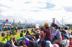 QUITO, ECUADOR - 7 DE JULIO DE 2015: Limpie guardar mil de visitantes en la masa de papa Francisco, acción de ida y vuelta del pa Fotos de archivo