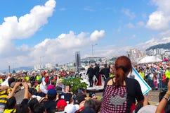 QUITO, ECUADOR - 7 DE JULIO DE 2015: Masa de papa Francisco que hace una pequeña acción de ida y vuelta alrededor de la masa gran Fotos de archivo libres de regalías