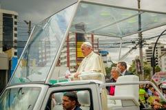 QUITO, ECUADOR - 7 DE JULIO DE 2015: Momento agradable en la fotografía, papa Francisco muy cerca con la gente Fotografía de archivo libre de regalías