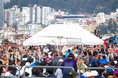 QUITO, ECUADOR - 7 DE JULIO DE 2015: Papa Francisco que hace una pequeña acción de ida y vuelta alrededor de la masa grande, porc Fotografía de archivo libre de regalías