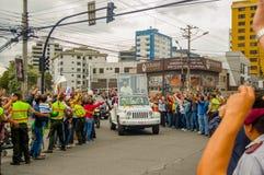 QUITO, ECUADOR - 7 DE JULIO DE 2015: Papa Francisco que llega a Ecuador, gente en las calles que dice la recepción, policía en Fotos de archivo libres de regalías