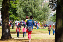 QUITO, ECUADOR - 7 DE JULIO DE 2015: Una madre con su muchacho en las manos que camina para llegar a la masa de papa Francisco, d Imágenes de archivo libres de regalías