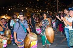 QUITO, ECUADOR 6 DE MAYO DE 2017: Grupo de artista con los tambores de madera en una protesta con el lema vivo los queremos, prot imagenes de archivo