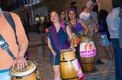 QUITO, ECUADOR 6 DE MAYO DE 2017: Grupo de artista con los tambores de madera en una protesta con el lema vivo los queremos, prot imagen de archivo libre de regalías