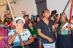 QUITO, ECUADOR 6 DE MAYO DE 2017: Muchedumbre de gente que lleva a cabo una muestra durante una protesta con el lema viva la quer fotografía de archivo libre de regalías