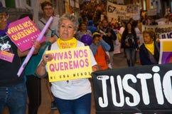 QUITO, ECUADOR 6 DE MAYO DE 2017: Mujer que lleva a cabo una muestra durante una protesta con el lema viva los queremos, protesta imágenes de archivo libres de regalías