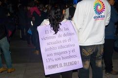 QUITO, ECUADOR 6 DE MAYO DE 2017: Mujer que lleva a cabo una muestra durante una protesta con el lema viva los queremos, protesta imagenes de archivo