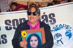 QUITO, ECUADOR 6 DE MAYO DE 2017: Mujer que lleva a cabo una muestra durante una protesta con el lema viva los queremos, protesta fotos de archivo