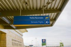 Quito, Ecuador - 23 de noviembre de 2017: Ciérrese para arriba de la muestra informativa de vuelos nacionales en el International Imagen de archivo libre de regalías