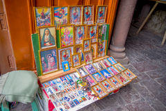 QUITO, ECUADOR - 23 DE NOVIEMBRE DE 2016: Figuras religiosas capítulo en la entrada de la iglesia y del convento de St Francis Fotografía de archivo