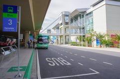 Quito, Ecuador - 23 de noviembre de 2017: La muestra informativa en el aire libre y el autobús parqueó para a pasajeros que esper Imagen de archivo libre de regalías