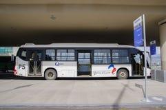 Quito, Ecuador - 23 de noviembre de 2017: La vista al aire libre hermosa del autobús parqueó para al pasajero que esperaba en el  Foto de archivo libre de regalías