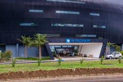 Quito, Ecuador - 23 de noviembre de 2017: La vista al aire libre hermosa de un edificio enorme del hotel Wyndham localizó 5 minut Imagen de archivo libre de regalías