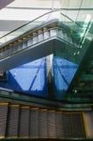 Quito, Ecuador - 23 de noviembre de 2017: Sobre la vista de escaleras móviles dentro del aeropuerto internacional hemorroidal de  Foto de archivo