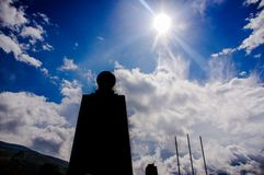 QUITO, ECUADOR - 12 DE NOVIEMBRE DE 2017: Vista al aire libre del siluete oscuro del monumento en el centro del mundo, turístico Fotos de archivo