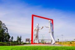 Quito, Ecuador - 23 de noviembre de 2017: Vista al aire libre hermosa de un esculpture gris moderno del arte en el Sucre hemorroi Fotos de archivo libres de regalías