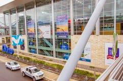 Quito, Ecuador - 23 de noviembre de 2017: Vista al aire libre de muestras y del anuncio informativos en una alameda enorme situad Fotografía de archivo libre de regalías