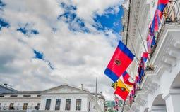 QUITO, ECUADOR - 10 DE SEPTIEMBRE DE 2017: Hermosa vista de edificios coloniales con muchas banderas que cuelgan del balcón Fotos de archivo