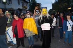 Quito, Ecuador - December 31, 2016: Een niet geïdentificeerde groep mensen draagt douane, om nieuw jaar in Ecuador te vieren Stock Foto's