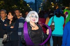 Quito, Ecuador - December 31, 2016: Een niet geïdentificeerde groep mensen draagt douane om nieuw jaar in Ecuador te vieren Royalty-vrije Stock Afbeelding