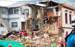 Quito Ecuador - December 09, 2016: En oidentifierad grupp av firemans och att göra ren skadeområdet och förstörelsen, skräp Royaltyfri Fotografi