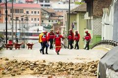 Quito Ecuador - December 09, 2016: En oidentifierad grupp av firemans som omkring går och cheking skadan och Royaltyfri Fotografi