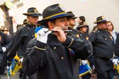 Quito, Ecuador - December 09, 2016: Spelen de niet geïdentificeerde mensen fluit in parade in Quito, Ecuador Royalty-vrije Stock Afbeelding