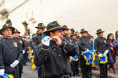 Quito, Ecuador - December 09, 2016: Spelen de niet geïdentificeerde mensen fluit in parade in Quito, Ecuador Stock Foto's