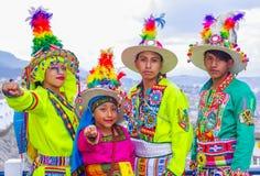 Quito, Ecuador, Dezember, 12 2018: Ansicht die im Freien der Gruppe von Personen typische Folklorekleidung tragend verwendete für stockfotos