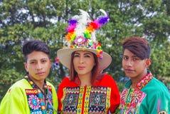 Quito, Ecuador, Dezember, 12 2018: Ansicht die im Freien der Gruppe von Personen typische Folklorekleidung tragend verwendete für lizenzfreie stockbilder