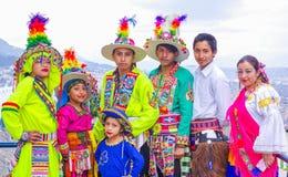 Quito, Ecuador, Dezember, 12 2018: Ansicht die im Freien der Gruppe von Personen typische Folklorekleidung tragend verwendete für stockbilder