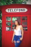 Quito, Ecuador, Dezember, 12 2018: Ansicht im Freien der schönen jungen Frau, die ein weißes Hemd und Jeans aufwerfen in der Fron lizenzfreie stockfotos